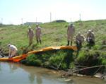4.河川にオイルフェンスを設置する